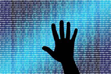 Schatten einer Hand vor einer Wand mit Passwörtern