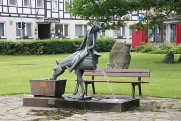 Statue Baron von Münchhausen sitzend auf einem halben Pferd