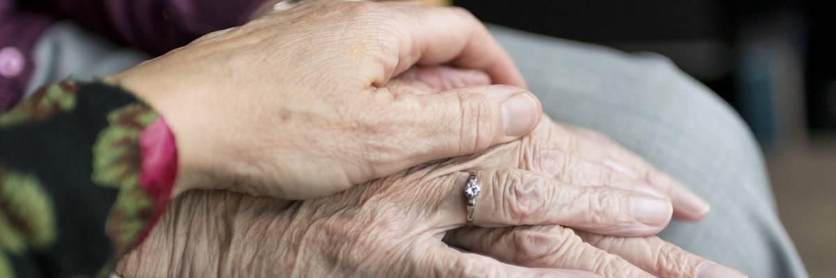 Junge Hand liegt schützend über der Hand einer älteren Person ©Pixabay