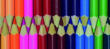 Buntstifte streng sortiert in einer Reihe
