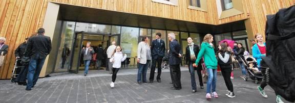 Foyer mit Gästen aus der ersten Etage betrachtet